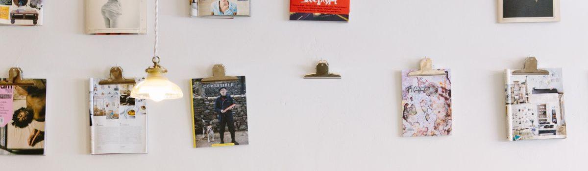 Magazine hängen an einer Wand